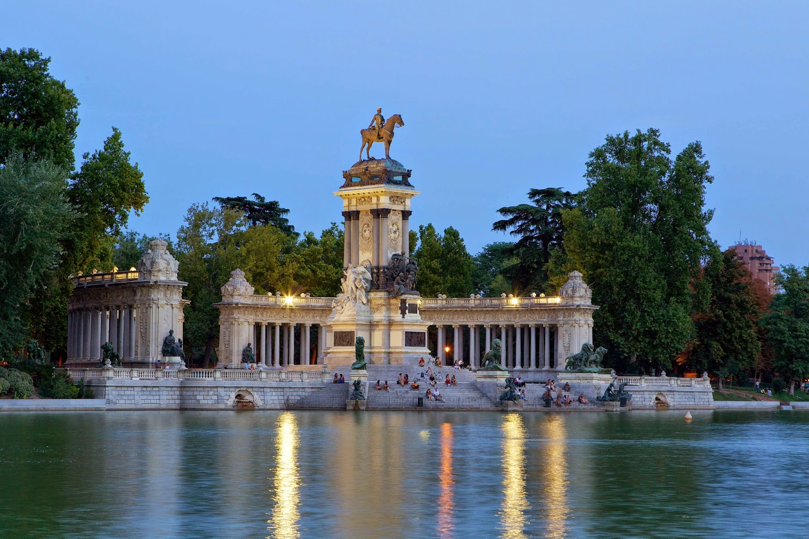 10 must see things in madrid spain i halal tourism for Parque del retiro madrid