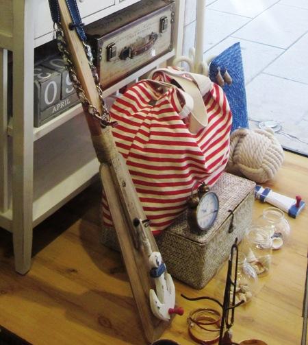 Bolso de tela en rayas rojas estilo marinero.