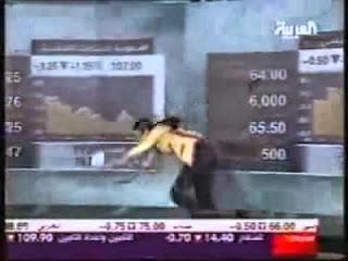 بالفيديو ... موقف محرج للغاية لمذيعة قناة العربية +نشرة الاخبار الاقتصادية