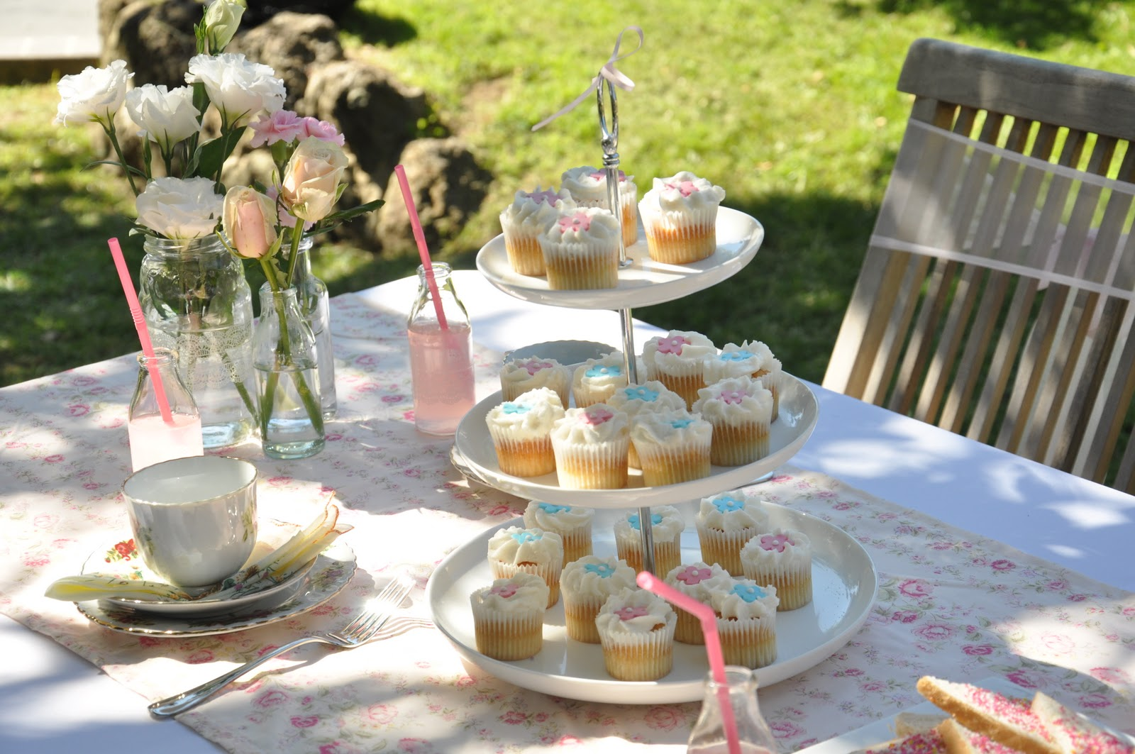 Garden party ideas design or breakfast for Garden table decorations