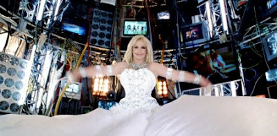 "Britney, el control mental y ""Hold it against me"" Hold9-e1301066775364"