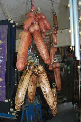 Ukiran penis buatan Bali