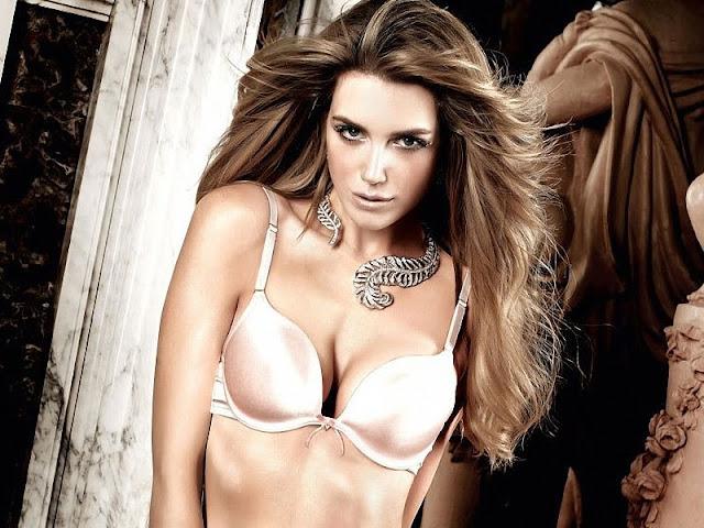 Sexy Model Elle Liberachi
