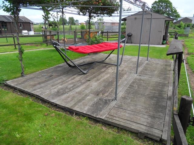 Reinigen van een houten terras met de mosmatik voor en na reinigen van opritten terrassen - Bedek een houten terras ...