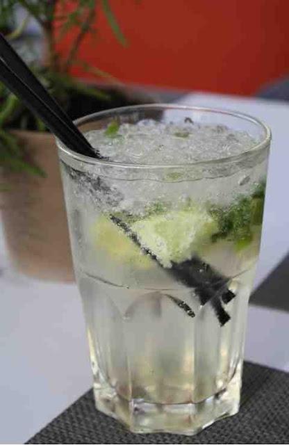 """Ein """"Loisl"""" - erfrischender nicht-alkoholischer Cocktail mit Limone und Minze © Copyright Monika Fuchs, TravelWorldOnline"""