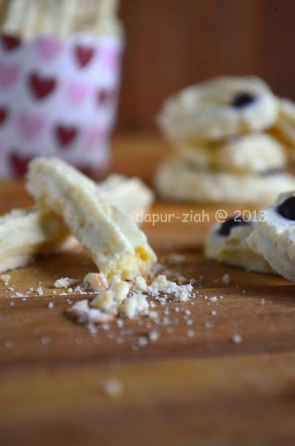 Kayak foto di atas itu lho Moms gambaran kerenyahan cookies sagu ...