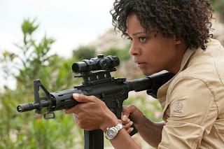 另一黑人特工拍檔是Naomie Harris,她配戴的是Aqua Terra手表。