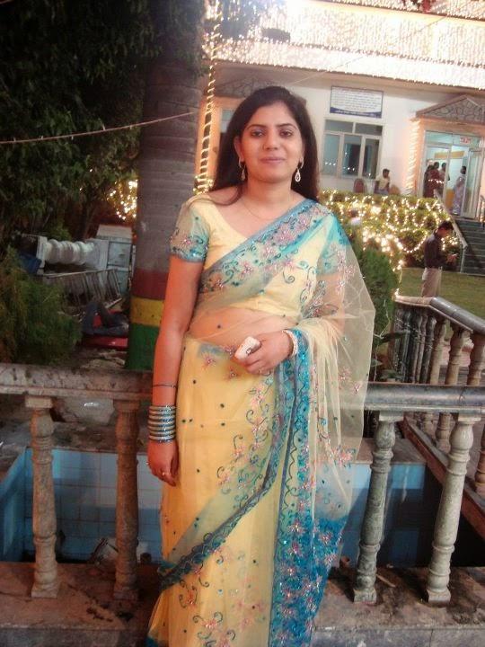 Desi Indian Housewife In Saree Hot Bold Photos