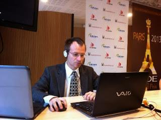 Le grand maître néerlandais du jeu d'échecs Sergei Tivikov commente les parties en direct © Chess & Strategy