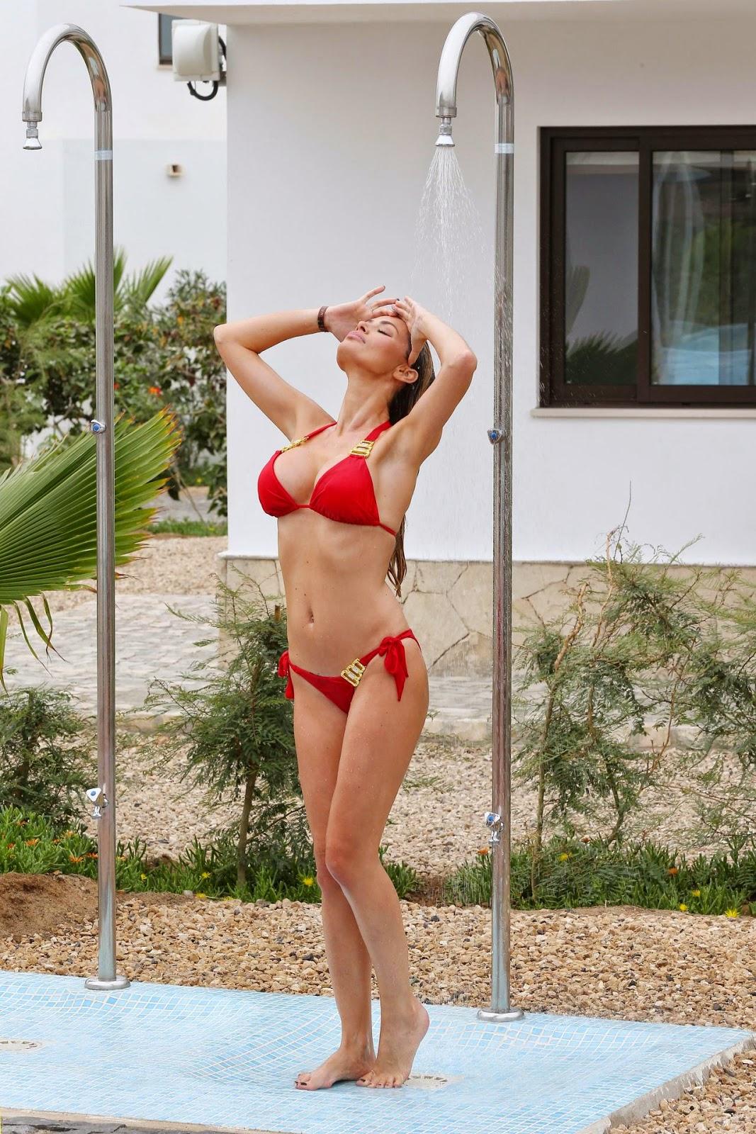 المزيد من الصور بالبكيني الأحمر المثير لـ كلوي سيمز