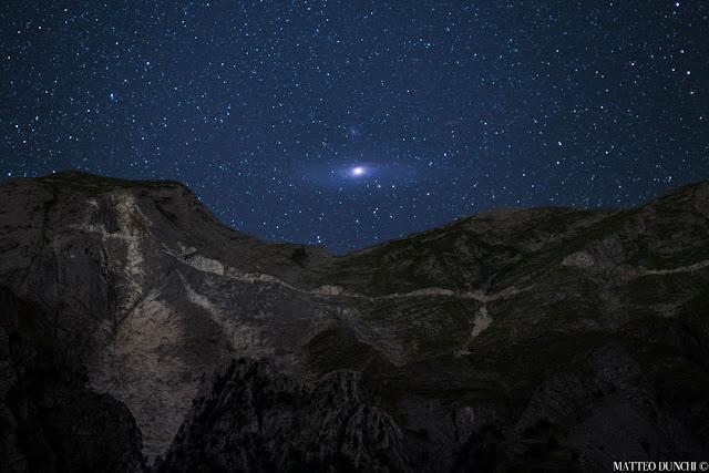 Thiên hà Andromeda mọc trên dãy Alps. Tác giả : Matteo Dunchi.
