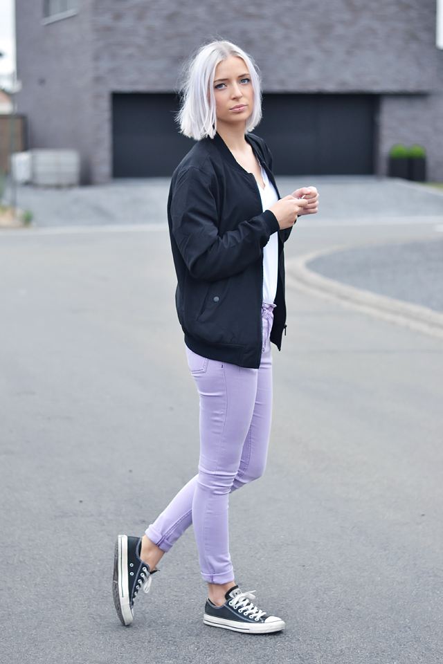 Outfit, ootd, street style, black bomber jacket, bershka, white t-shirt, v-neck, h&m divided, asos ridley, jeans, lilac jeans, trousers, converse all star, inspiration