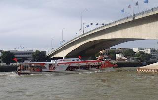 เรือด่วนธงแดงผ่านท่าเรือปิ่นเกล้า