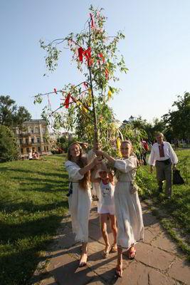 Фото Укринформ: девушки в венках