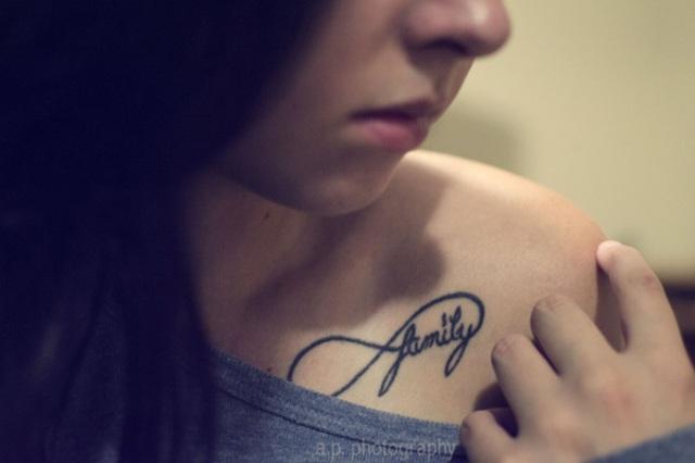 En Hombro. tatuajes del infinito para mujer
