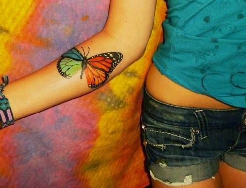 chica con un tatuaje de mariposa en el antebrazo
