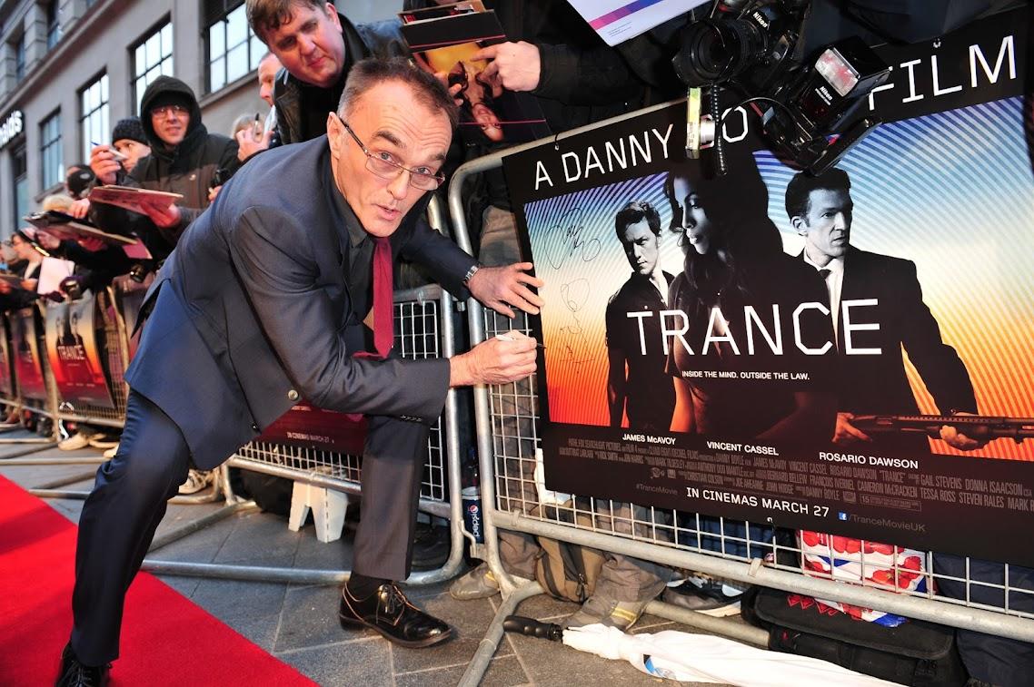 http://2.bp.blogspot.com/-QURSgvytydo/UcCEo84k6EI/AAAAAAAABZI/Qe33PlPnl94/s1138/danny-boyle-autografiando-el-poster-de-en-trance.jpg