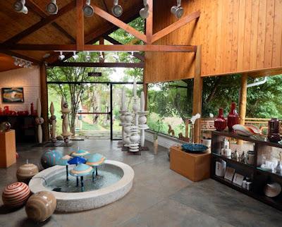 Através de um guia turístico em Monte Verde, você tem acesso à Unger's Pottery House, da artista plástica Paula Unger.