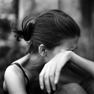 شاهد أغرب وأطرف جريمة اغتصاب في العالم  - بنت امرأة حزينة تبكى - sad girl lonely crying