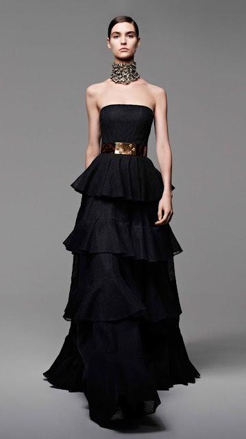 Alexander McQueen, se inspira en la miel y las abejas,  para vestir a una mujer femenina y muy sensual, esta es la propuestas de  primavera verano 2013 15