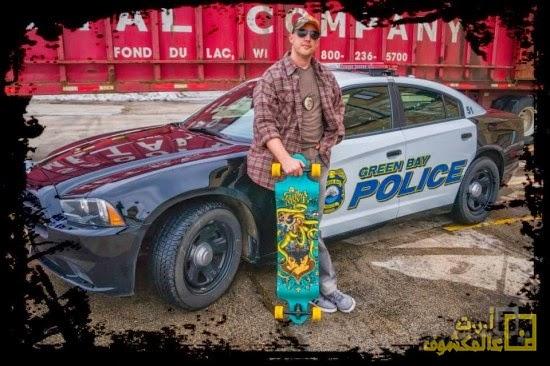 شرطي يفضل القيام بدوريات باسخدام لوح التزلج