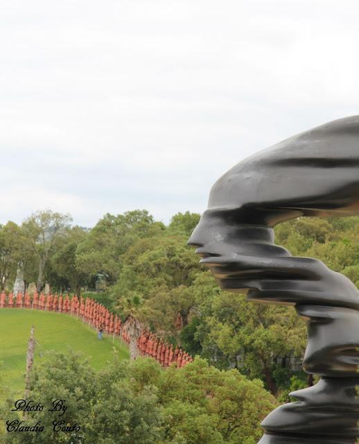 Colocando-me do lado de quem vê esta fotografia, imediatamente diria que se trata de uma fotomontagem mas não. Não movi nada do sítio, não acrescentei nada que já lá não estivesse. Para além dos budas, este parque também tem uma zona com arte moderna onde se pode ver esta estátua.