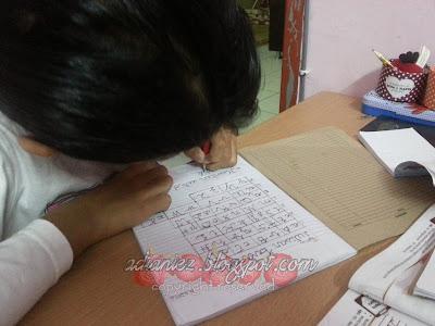 struggle anak ibu nak tulis satu ayat tu
