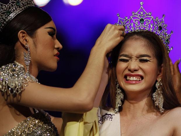 A candidata das Filipinas foi eleita vencedora do concurso de beleza para transexuais Miss International Queen 2012 nesta sexta-feira (2). Ela derrotou outras 21 competidoras, de 15 países (Foto: Damir Sagolj/Reuters)