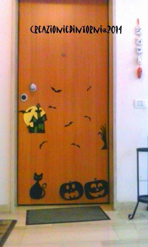 porte d' entrée decorée avec sujets Halloween
