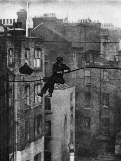 Ingeniero trabajando en el cableado telefónico