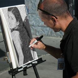 Foto montagem de um desenho a lápis com o artista