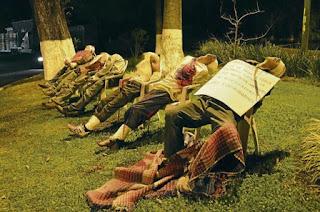 Foto ngeri mengejutkan ini menunjukkan bagaimana mayat tujuh lelaki ...