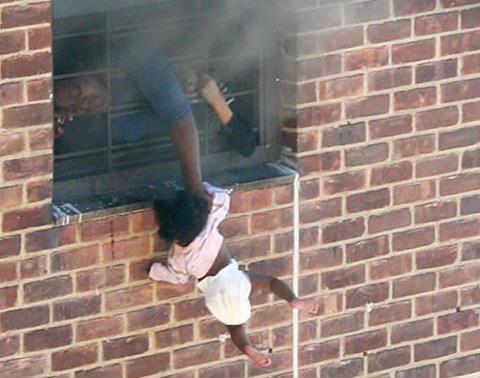 New york Bronx apartment Fire accident Mom holding her child outside of the window  World best pics | Humanity | குழந்தையாவது மூச்சுவிடட்டும், பிழைத்துக்கொள்ளட்டும்