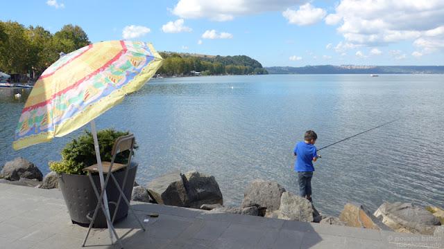 Fotografia di bambino che pesca
