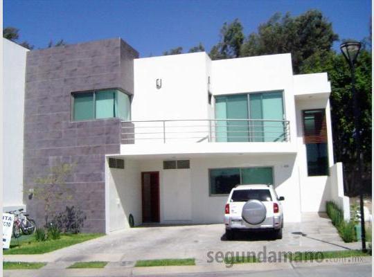 Fachadas minimalistas fachada minimalista con peque a terraza for Casas con terrazas minimalistas