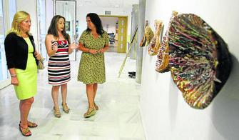 Remedios Rubiales (en el centro) explica su exposición a Carmen Sánchez, concejala de Juventud