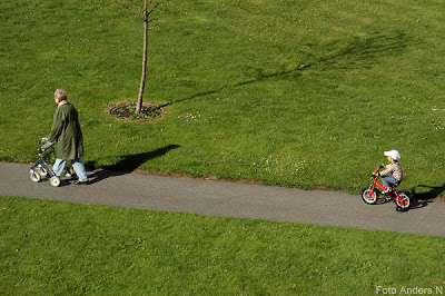 livet, liv, life, gammal och ung, old & young, gammal dam, tant, rullator, litet barn, barn, pojke, liten pojke, cykel, trehjuling, old lady, young boy, gräsmatta, green, grön, lawn, grass, foto anders n, tsyfpl