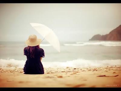 الحب الصامت اطهر انواع الحب - بنت امرأة تجلس على شاطىء البحر تمسك شمسية - girl sitting on beach holding umbrella