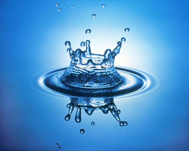مجموعة من قطرات ماء متناثرة في الهواء