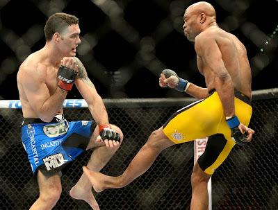 Anderson Silva fratura a perna esquerda após chute baixo em Chris Weidman (Foto: Reuters)