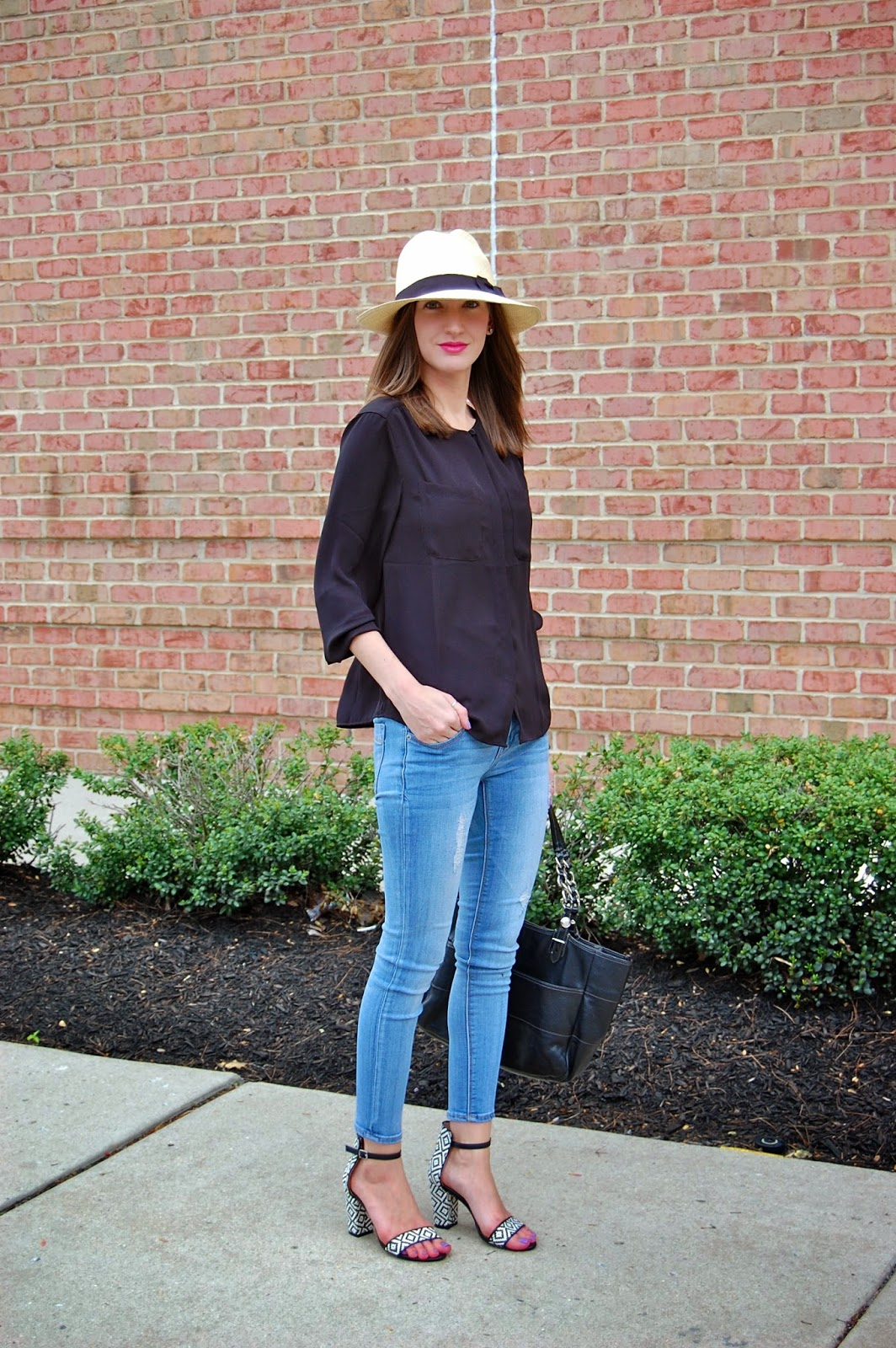 Weekend chic look, wearing Express destroyed stella jeans, Jcrew Panama hat, Zara black and white aztec ankle strap heels