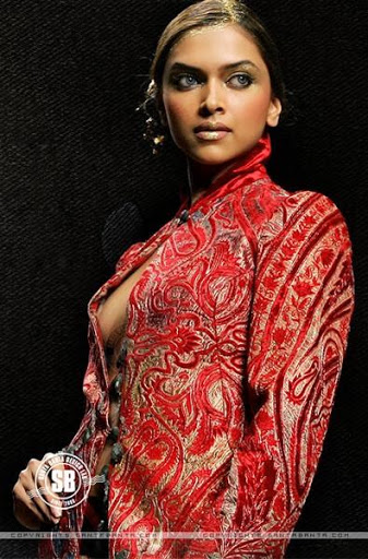 Deepika Padukone Wardrobe Malfunction Pics