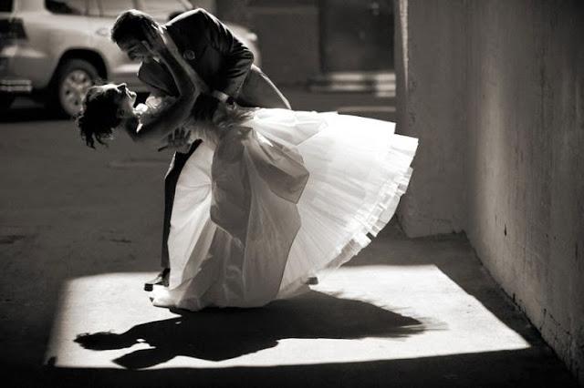 жених наклонил невесту и целует