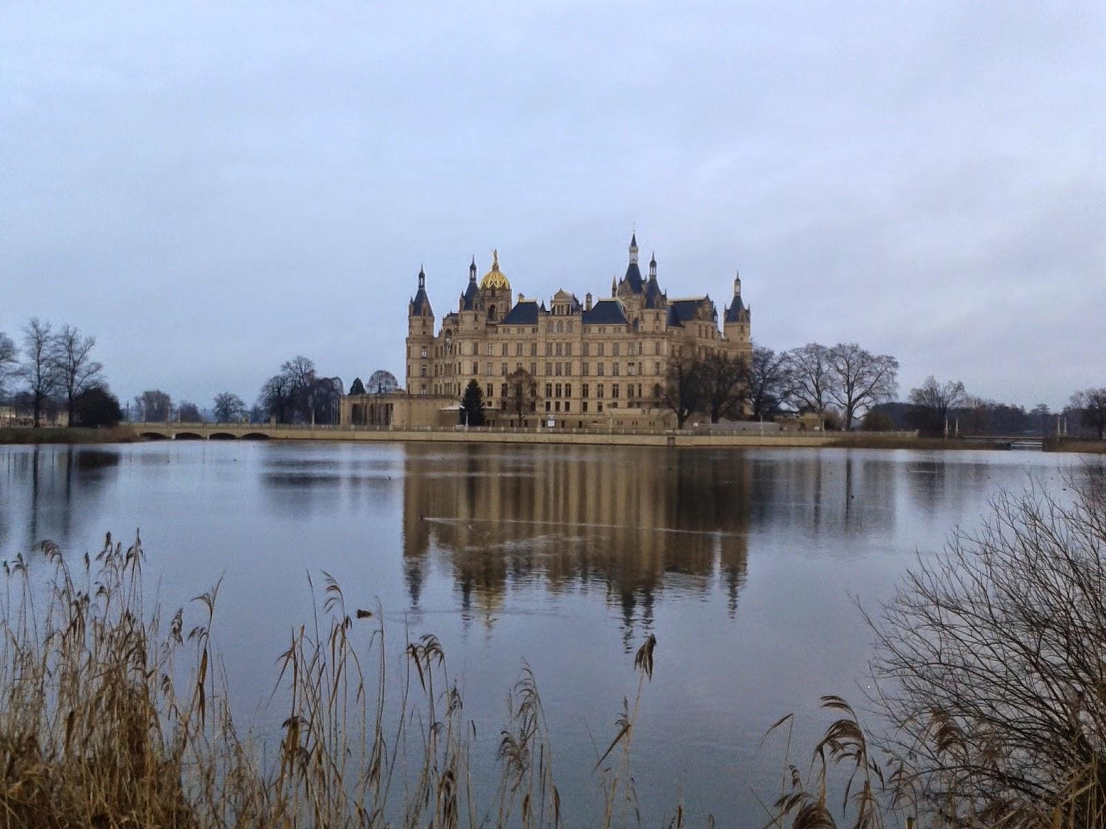 Das Schloss Schwerin hinter dem Burgsee