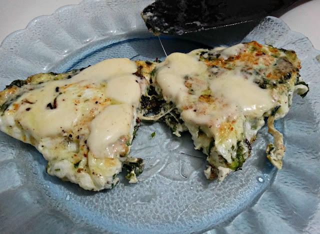 Fritatta cortada al medio con queso chorreando