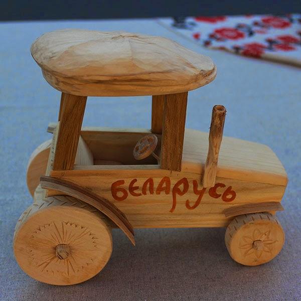 деревянный трактор