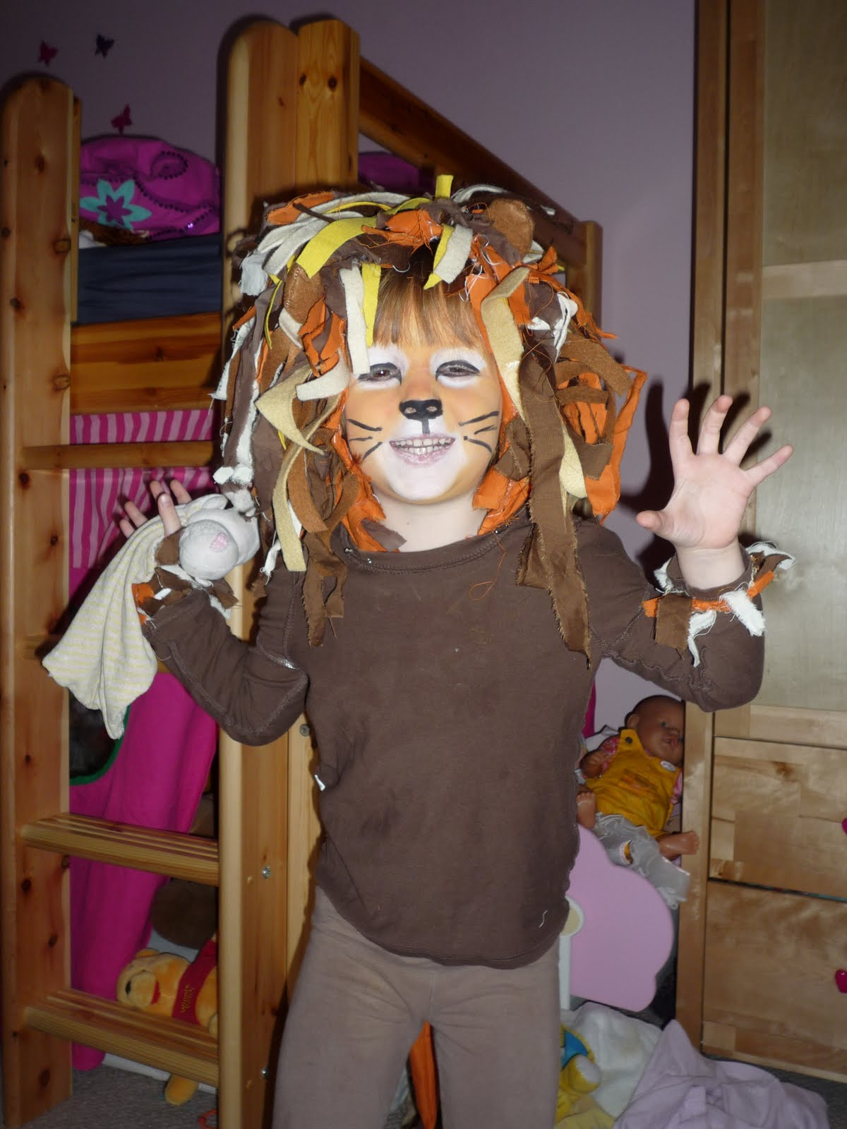 DIY Lion Costume http://ohsewwonderful.blogspot.com/2011/02/how-to-make-lion-costume.html