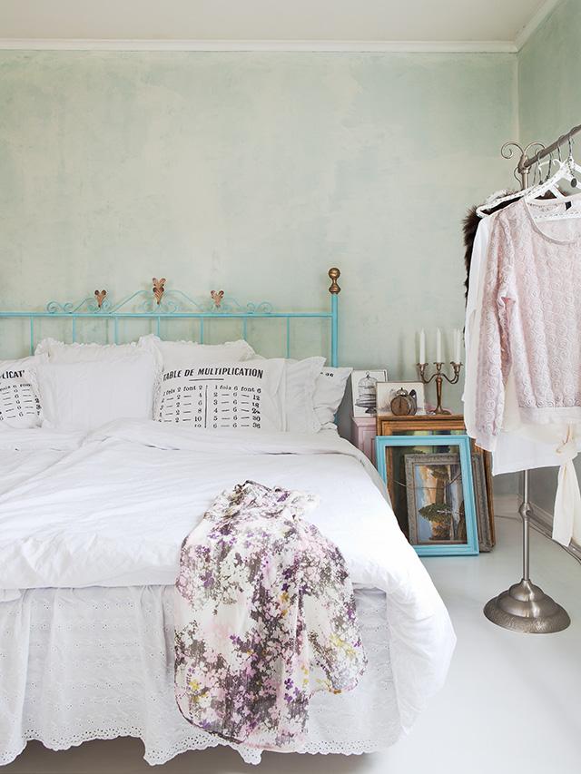 Una casa con encanto en tonos pastel decorar tu casa es - Camas de forja antiguas ...
