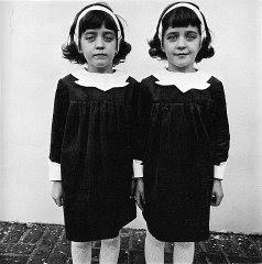 Deux jumelles identiques, New-York, 1967