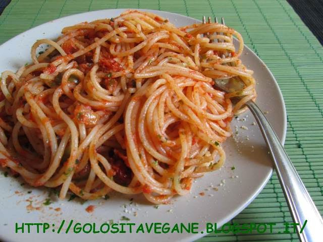 aglio, alga nori, alghe, cipolle, grana vegan, grano duro, mare, olive, Primi, ricette vegan, salsa pomodoro, spaghetti,